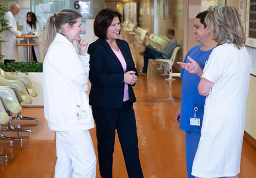 Renate Anderl im Gespräch mit Pflegepersonal