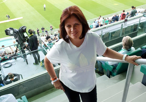 Renate Anderl auf dem Fussballplatz